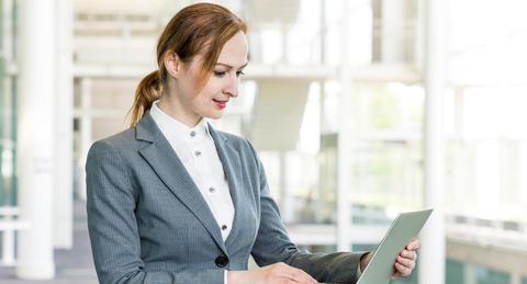 外国人の中途採用、<br>従業員300名以上の企業の71.7%が「採用したい」