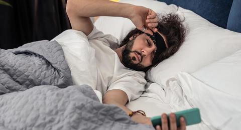 年収1,000万円以上の人は50%が「寝床でスマホをしない」ー1,000万未満は37.3%