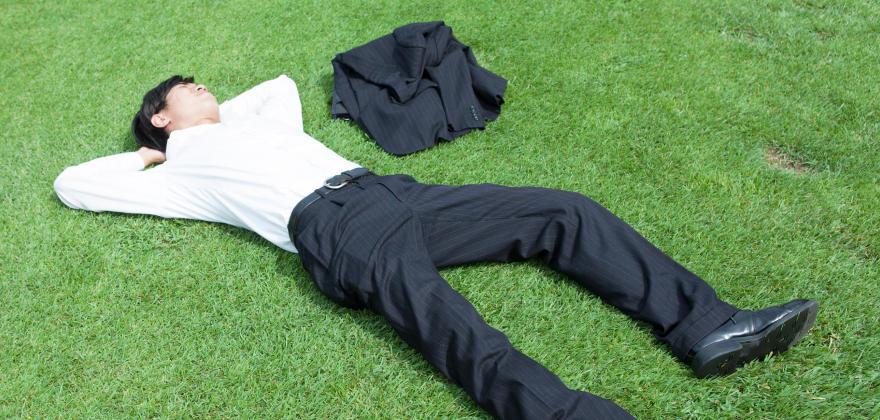 昼食後の睡魔を撃退!短時間でリフレッシュできる仮眠のコツ