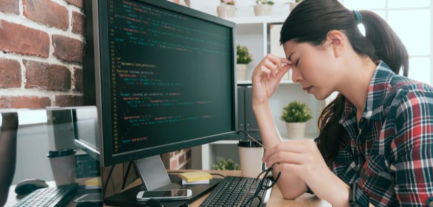 【エンジニア辞めたい】原因別の対処法と無理な場合に転職する際の注意点